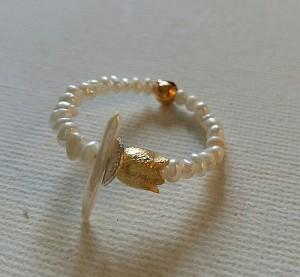 Feiner Perlenring mit Goldtulpe